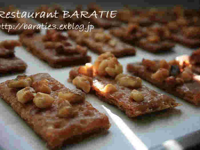 タフィーはそのまま固めるだけでなく、お菓子にかけて使うこともあります。こちらのレシピでは、グラハムクラッカーにかけてクッキー風にアレンジ。カリカリサクサクの香ばしい食感と甘さがクセになりますよ。