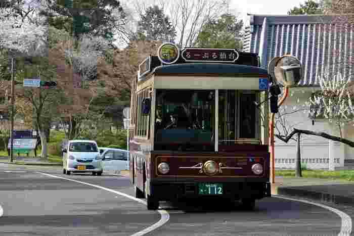 電車やバスもとっても便利な仙台ですが、特に一度は乗っていただきたいのが仙台市中心部の観光スポットを巡る【るーぷる仙台】という循環バス!街並みに溶け込むレトロなバスが、仙台駅から1周1時間10分かけてぐるっと循環しています。
