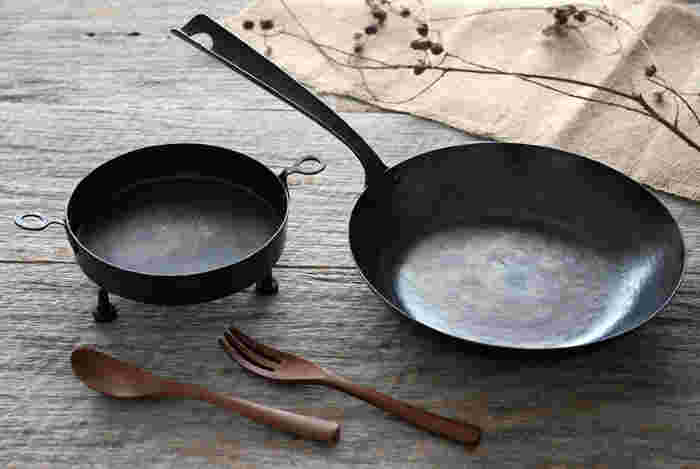 熱伝導率に優れ、耐久性はもちろんのこと、傷にも強いのが鉄のフライパンの持ち味。鉄のフライパンでじっくり焼いていくことで、食材の美味しさがぐんと引き立ちます。