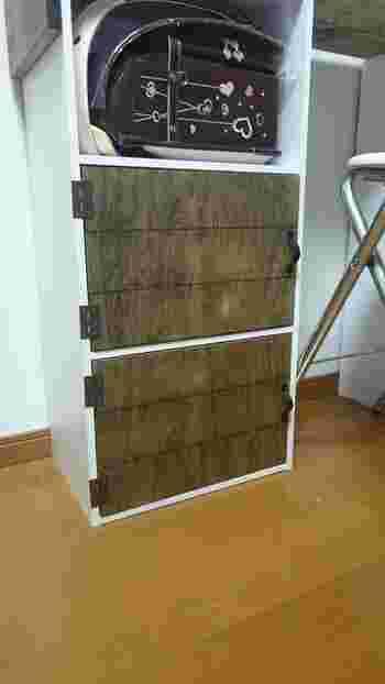 デスク下の扉は、塗装したベニヤ板を蝶番でカラーボックスに固定しているのだそうです。カラーボックスの内側にマグネットキャッチを、ベニヤ板に取っ手を付けておくことで、開け閉めがスムーズに。お子さんのデスクにもぴったりですね。