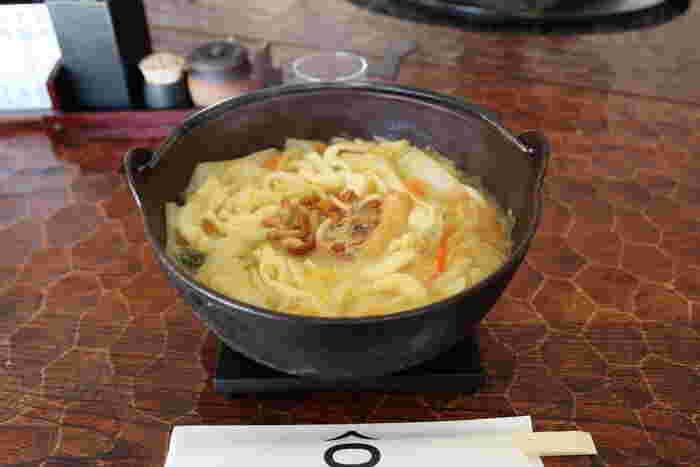 自家製のコシのある麺を、味噌仕立てのスープでいただくほうとうは、素朴でホッとする優しいお料理です。秘伝の薬味を加えると、味の変化も楽しめて二度お得です。