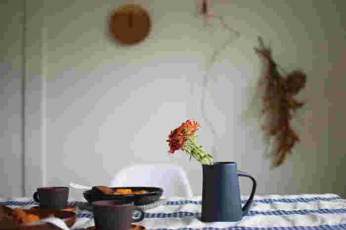 こちらも、水差しですが、落ち着いた色合いが秋の草花の美しさを引き立ててくれそう。安定感もあり、食卓などに置くのもぴったりですね。主張しすぎない穏やかな表情で、テーブルの印象をそっとまとめあげています。
