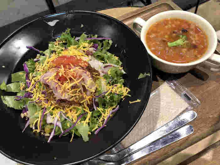 ランチはタコライスやミネストローネなど、お野菜を使ったヘルシーメニューが中心。いろいろなシーンで使えるカフェは、覚えておくと重宝しそうですね。