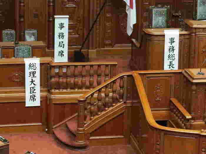 こちらはテレビの国会中継でよく見かける「衆議院」。装飾が豪華ですね。