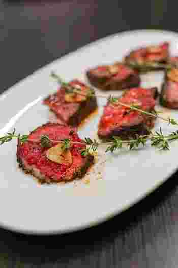 肉や魚などの赤には良質なたんぱく質が、赤い色を持つ野菜にはβカロチンが豊富に含まれます。  【赤色の主な食材】 肉類・食肉加工品・赤身の魚・トマト、人参、赤ピーマン、イチゴ、スイカなど。