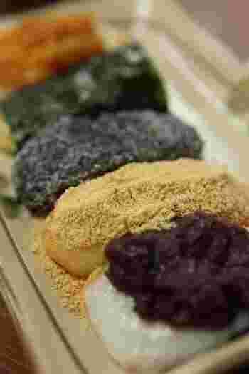 「権現からめもち」は、箱根神社・宝物殿すぐそばにあるお休み処。店内では、軽食や甘味が頂けますが、店の名物は、何と言っても店名通りに『権現からめもち』です。  縁結びのご利益がある湧水「龍神水」で炊き上げて搗かれたお餅は、実に柔らかです。『権現からめもち』は、小豆餡・黄な粉・胡麻・磯辺(海苔)・大根おろしと、味のバリエーション豊か。素材それぞれの風味が、餅の旨味と甘みを引き立てます。