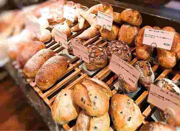 店内に一歩入ると、パンの良い香りが広がっています。素材本来の風味を最大限活かすように、ショートニングやマーガリン、保存料などは一切使っていないそう。すべてお店で焼き上げているというパンは、80種類以上もあるんですよ。