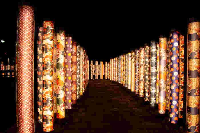 2013年に嵐電嵐山駅がリニューアルオープンした際に登場した「キモノフォレスト」。 全32種類の柄の京友禅が駅構内や線路脇の至る所に設置されています。京友禅の林に見立てられたこの空間は幻想的な世界に包まれ圧巻です!夜はライトアップされひと味違う雰囲気も楽しむことができますよ。