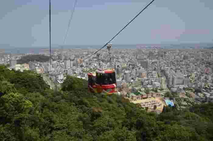 「阿波おどり会館」の5階にある「眉山ロープウェイ山麓駅」からゴンドラに乗って、徳島県内の景色が一望できます。
