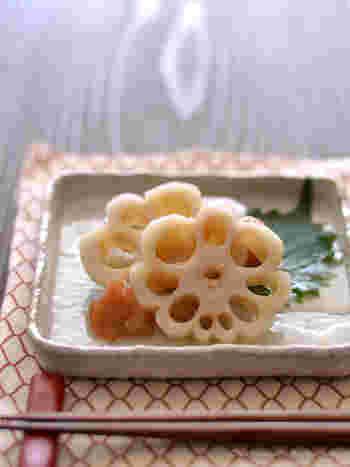 レンコンを花の形に切り取った「花レンコン」。シンプルな酢漬けにしたり煮物に入れると、料理を上品に見せてくれます。