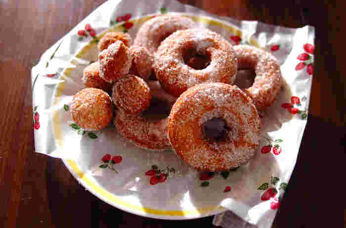 凝った飾りもない、グラニュー糖をまぶした素朴なドーナツ。母から娘へ、娘から孫へ…と長く愛されるスイーツこそ、シンプルなものかもしれません。家族みんなのおやつにどうぞ♪