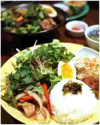 おしゃれな空間でべトナム料理を楽しめる「BUTTERFLY CA PHE」。 「ランチプレート」は、メインが鶏とパプリカのはちみつ炒めで、副菜が大根とハムの和え物・揚げ春巻き・グリーンサラダ・つけ卵に、スープとドリンクが付きます。