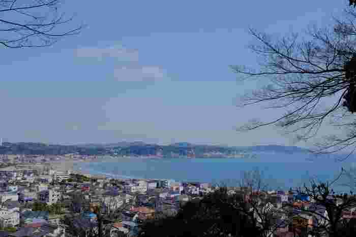 相模湾を一望できる見晴台も時間がゆるせば登っていただきたいですね。左手には三浦半島、右手には伊豆半島を望む美しい湘南の景色を楽しめます。写経や写仏なども気軽に体験できたり、肉類を一切使わない「お寺のカレー」なども人気です。