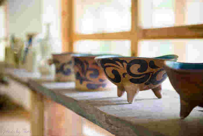 """「やちむん」は沖縄で""""焼物""""を表わす言葉。ぽってりとした厚みのある器に「菊唐草」や「点打ち」などで絵付けされたものが有名です。最近では伝統を受け継ぎながら、新しい作風のものも増えているのだとか。"""