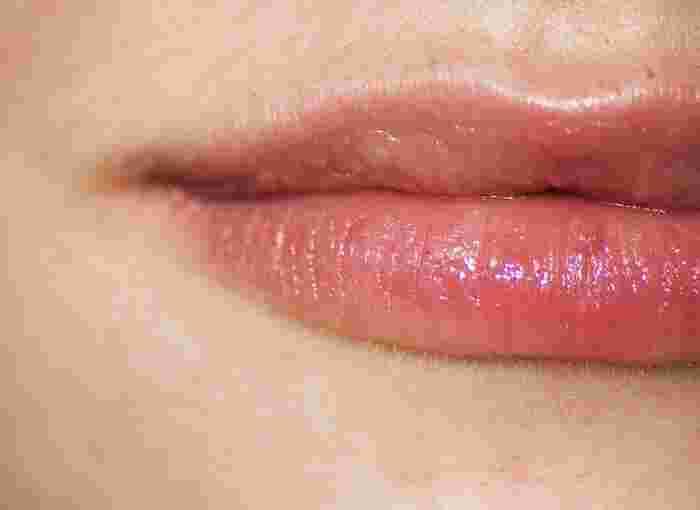自然な口元に見せるには、グロスやジェルタイプのツヤのある口紅を使ってください。マットタイプの口紅は乾いた印象になってしまうだけでなく、より「赤」の個性を際立たせてしまいます。塗り方は、トントンと唇に指の腹でうっすらとのせて行きます。最後に全体をぐるりとなぞって完成です。