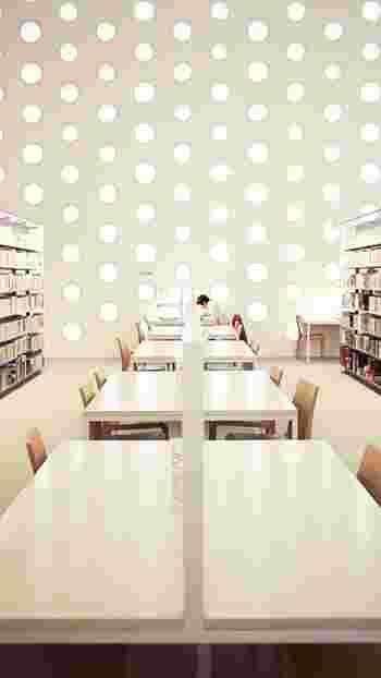 建物全体が現代アートのような素敵な空間でゆっくり読書はいかがですか?