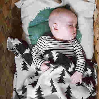 ミニサイズを少し大きくしたハーフサイズは、ひざ掛けの大判タイプといった感じのサイズ。 大きすぎず小さすぎず、最も使いやすいサイズかもしれません。例えば、赤ちゃんのお昼寝の時や、車の中に常備しておくと、出先でサッと出して使うことができ、とても重宝します。