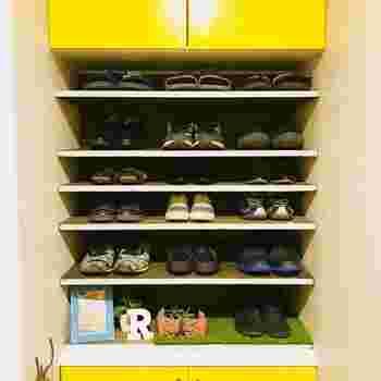 下駄箱の空いたスペースに、高さ調節できる棚を取り付けるアイデア。薄手の靴やサンダルなども効率よく収納できそうですね。