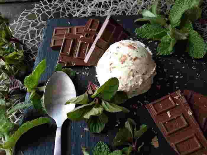 自家製のバニラアイスに、板チョコとミントを混ぜるだけ。あっという間に人気のチョコミント味になります。もちろん、時間がないときは市販のバニラアイスでお試しください。