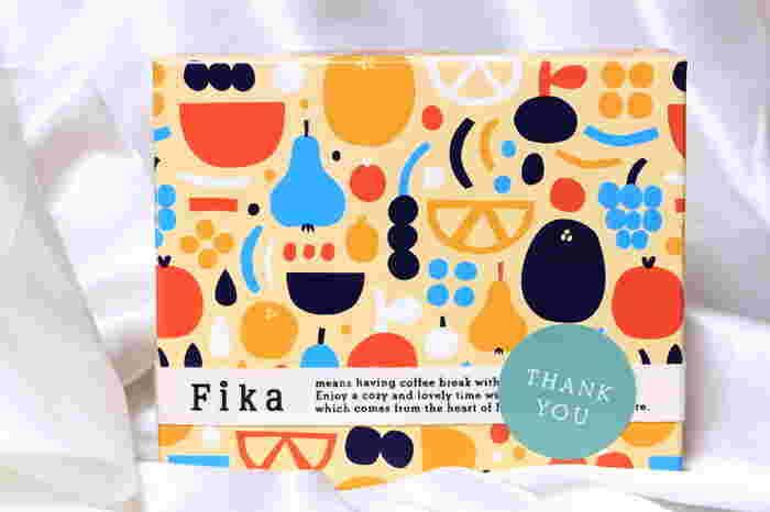 北欧の素敵な習慣「Fika=お茶の時間」は、仕事や学校で忙しい日本の皆さんにこそゆっくり楽しんで欲しいものです。 そんな時、ふと可愛いパッケージを見て目新しいお菓子を味わうことで、新鮮な感動とお菓子に対するなつかしさを思い出せるのではないでしょうか。 どこかほっと心地よい北欧菓子Fika。あなた自身のご褒美にも、北欧好きさんへのプレゼントにもオススメです。