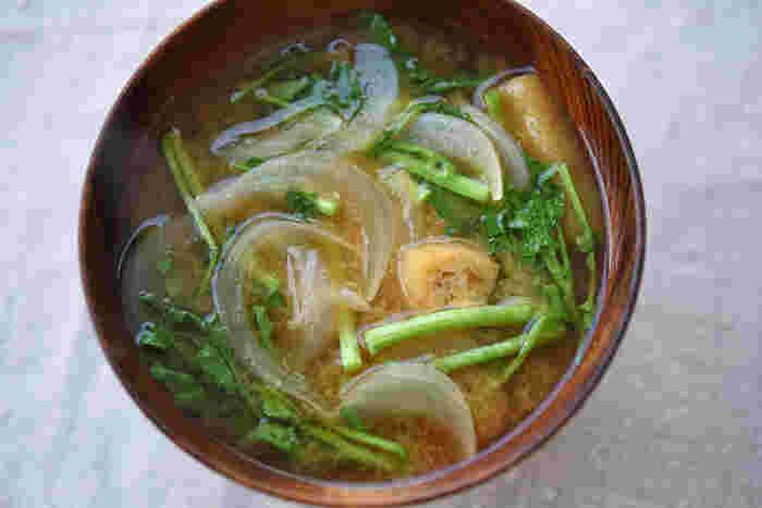 西京焼きとニラ玉の後は汁物が欲しくなります。そんな時は旬を集めた「クレソンと新たまのみそ汁」が◎。クレソンはサラダでいただくイメージが強いと思いますが、こんな風に汁物や和風のアレンジでも使えます。独自の香りが癖になりますよ。そして柔らかく甘い新玉ねぎもお味噌汁をまろやかにしてくれています。どちらも火の通りが早いのでパパッと作れるのも嬉しいですね。