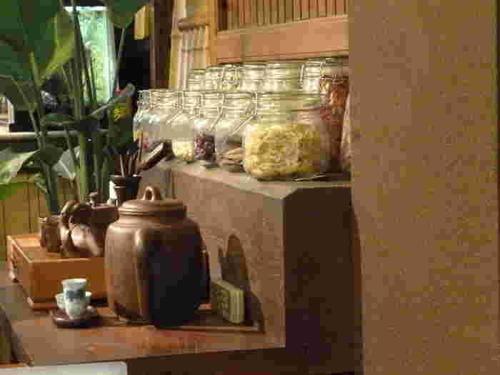 宇治駅から徒歩4分の場所にある有名な薬膳料理店です。オリジナルのおばんざいや中国茶を専門としたお店で、オリエンタルな内装がかわいらしく、ひとりごはんにも人気があります。常に行列ができているので予約は必須ですよ。