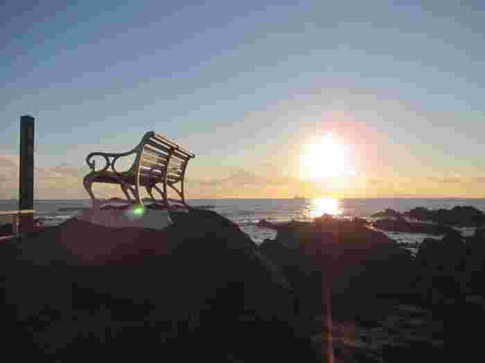 灯台を下りて遊歩道を歩くと、海岸沿いにベンチが。ここで夕日を眺めて、ロマンチックな気分に浸ってみませんか?
