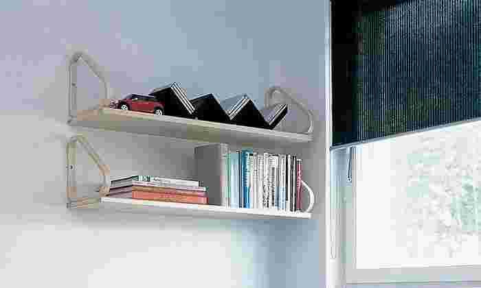 北欧のファニチャーブランド「アルテック」のウォールシェルフは、シンプルながらスタイリッシュなデザインで、棚そのものがまるでおしゃれなオブジェのよう。