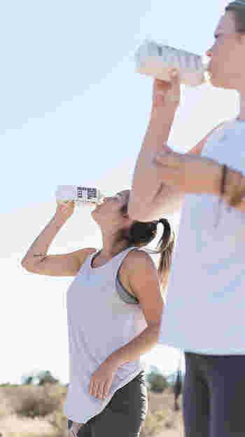 さらに運動時には、発汗で1時間あたり約2リットルもの水分を失います。これを知れば、スポーツ中の水分補給がいかに大切かがよく分かりますね。