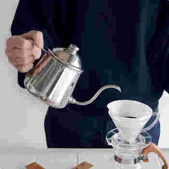 """お手入れのしやすさも、道具を選ぶときのポイント。業務用厨房用品メーカー「タカヒロ」の""""コーヒードリップポット雫""""は開口部が広めなのが特徴。"""