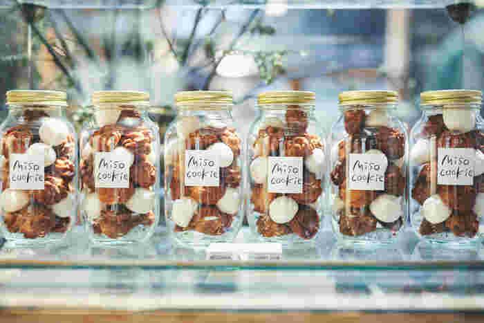 コーヒーとクッキーの幸せな香りでいっぱいの喫茶スペースでは、AKITO COFFEEのコーヒーと焼き菓子が楽しめる。こちらは五味醤油の味噌を使った期間限定販売の「みそクッキー」