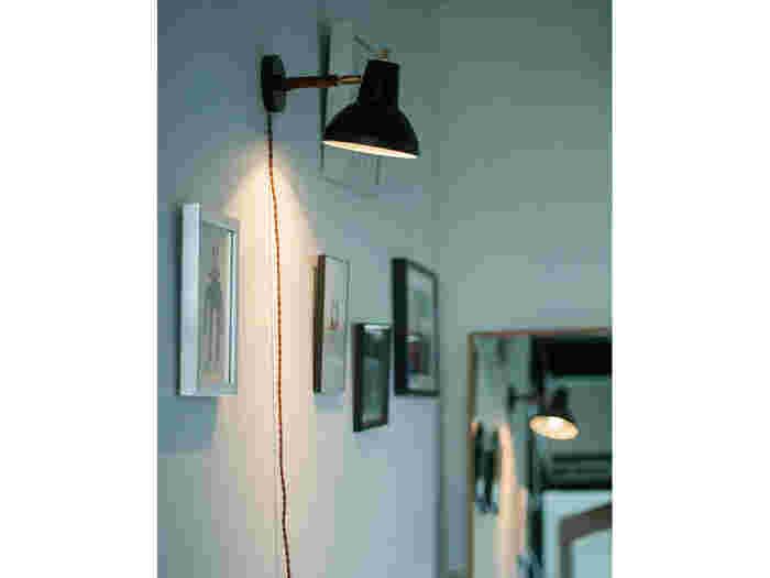 「ブラケットライト」とは、こんなふうに壁に取り付けて使うライトのこと。壁を照らして明るさを広げるので灯りが直接目に入らず、柔らかくお部屋を照らしてくれます。