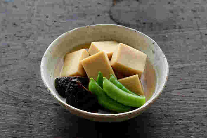 高野豆腐は保存性が高く、お出汁をたっぷりと含んでくれる優れた食材。丁寧に出汁をとれば、それだけ美味しく仕上がります。
