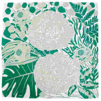 緑の花と植物を大胆な構図に配置した、おしゃれなハンカチ。ユーカリ、アナベル、ラナンキュラス、モンステラなどどれがどの花かわかるデザインで、開いて使うのが楽しみですね。
