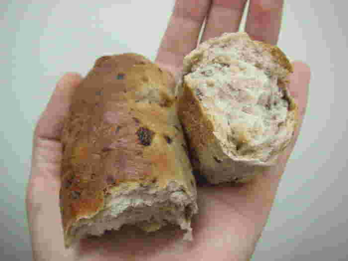 写真はライ麦粉を使用したクルミスティック。全粒粉やライ麦粉を使って砂糖や油分をひかえた、身体にやさしい素朴な味わいのドイツパンが人気です。