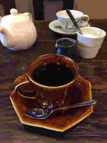 """珈琲は西陣の焙煎屋さん""""ガロ""""の豆で一杯一杯丁寧に淹れてくれます。定番のストレートが2種類と、プラスもう1種類から選べるようです。"""