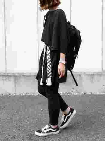 オールブラックの黒リュックのパンツスタイル。構築的なデザインで全体のコーデを引き締めています。