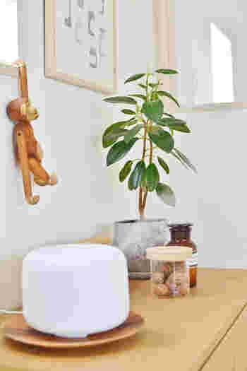 シンプルな無印良品のアロマディフューザーはさりげない香りを効率的に香らせてくれる便利なアイテムです。オイルを変えれば、違った香りを気軽に楽しむことができるのもアロマディフューザーの利点のひとつですね。