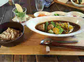 人気のビーフシチューセットは、素材の味がたっぷり味わえるごろごろ感が魅力。野菜の甘さがコク深いルーとぴったり合っておすすめです。
