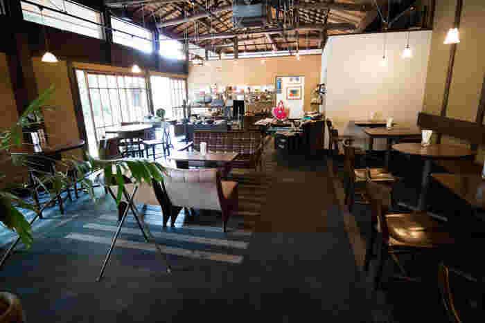 江の島サムエル・コッキング苑から岩屋方面に2~3分歩いたところにある「しまカフェ 江のまる」は、大正期建築の古民家を改装した、高い天井が気持良いカフェです。