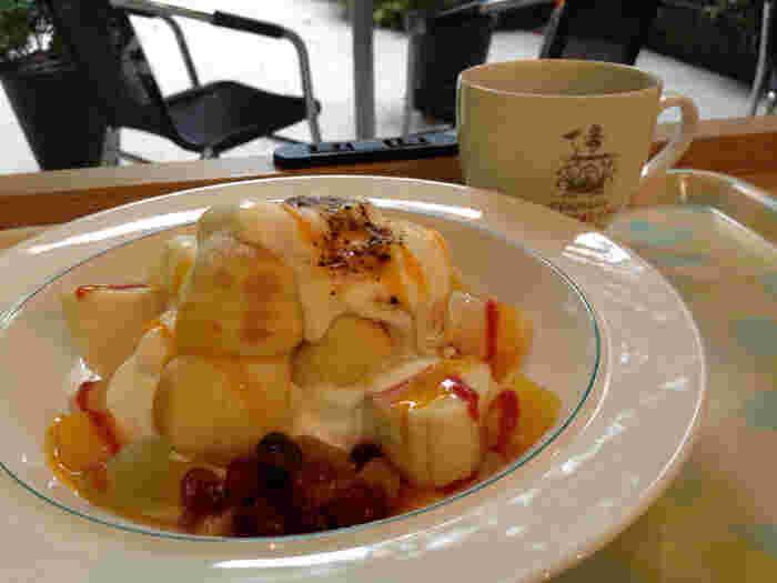 デンマークの伝統料理の「エーブルスキーヴァ」もこちらの看板メニュー。釣鐘型のパンケーキにコケモモジャムの酸味が程よい味わいの一品です。