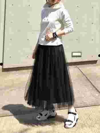 黒のチュールスカートにスポーツサンダルとパーカーをあわせて、ちょっぴりクールに着こなしても◎。黒なら大人っぽく着られますし、あわせるものでアクセントの役割になるので、チュールスカートを着るのにちょっと抵抗がある方にもおすすめのコーデです。