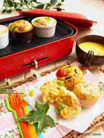 ホットプレートを使って蒸しパンパーティーはいかが?ハムチーズペッパー、アボカドコーンツナ、ウィンナーカレー野菜など、お食事蒸しパン3種勢ぞろい!