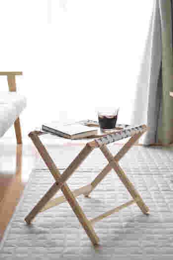 ソファの横に置いてサイドテーブルや足をのせるオットマンとして活躍します。使わないときは折りたたんでコンパクトに収納できるのもうれしいポイント。