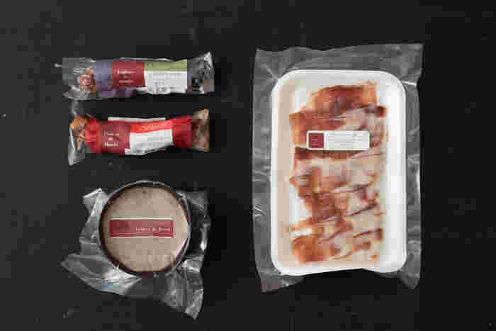 長野県長和町姫木の工房で国産手作りの生ハムやドライサラミ、リエットなどの製造を行っている「メゾン・デュ・ジャンボン・ド・ヒメキ」。信州産豚肉の中でも信頼のおける養豚場から豚肉を仕入れ、素材を活かした商品づくりを行っているそうです。