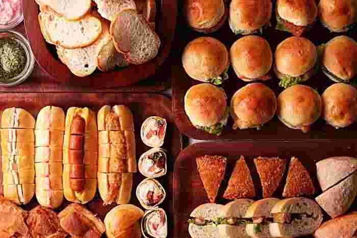 ランチタイムにファクトリー・カフェを訪れるのもオススメです。選べるメイン料理のほか、カウンターには様々な種類のパンがずらりと並びどれを食べるのか迷ってしまいます。
