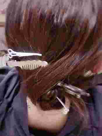 必要なものは、 ◇よく切れるハサミ ◇ダッカールなどのクリップやピン、ゴムやヘアバンドなどの髪をとめるもの ◇コーム です。  100均でもヘアカッターを手に入れる事ができますし、前髪カット用クリップやヘアキャッチャーなどの便利グッズも扱っています。