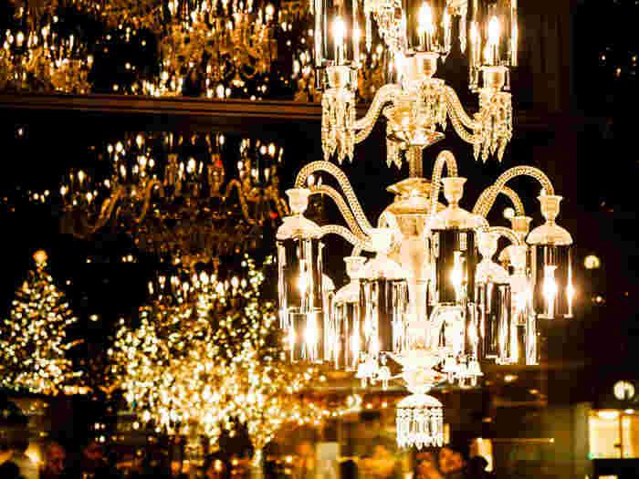 光を受けてキラキラと繊細に輝くクリスタルガラスにうっとり夢見心地に。