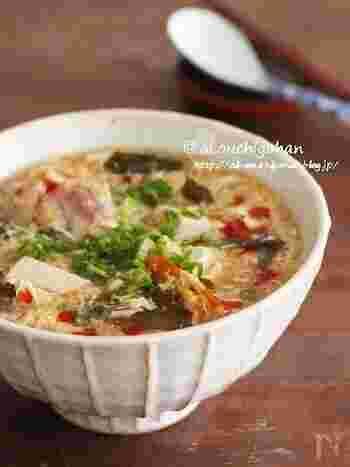 酸辣湯風のすっぱ辛いにゅうめんです。 1つのお鍋で作れるので、後片付けも楽チン!具材を作った鍋にそうめんも一緒に入れるので塩気は足さなくてもOK。そうめんを別ゆでするときは塩気を少し調整してくださいね。つるつる食べられて体も温まりますよ♪
