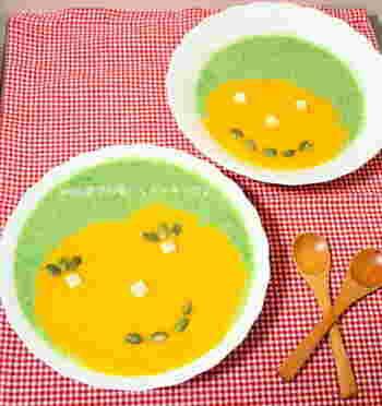レンジとミキサーを使って簡単♪カボチャの黄色と小松菜の緑、配分を考えながら注いだらトッピングでお絵かきしてみましょう。自分でお絵かきしたスープは美味しさも倍増ですね。